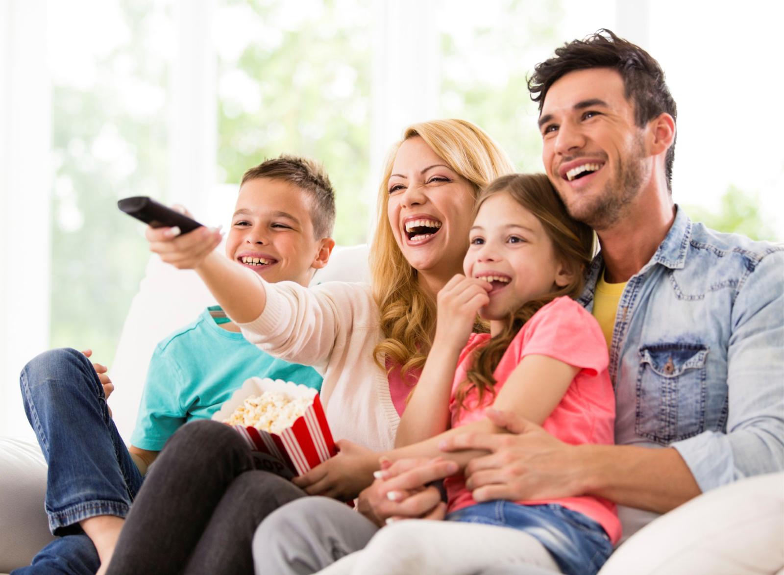 Картинка смотрящая телевизор семья